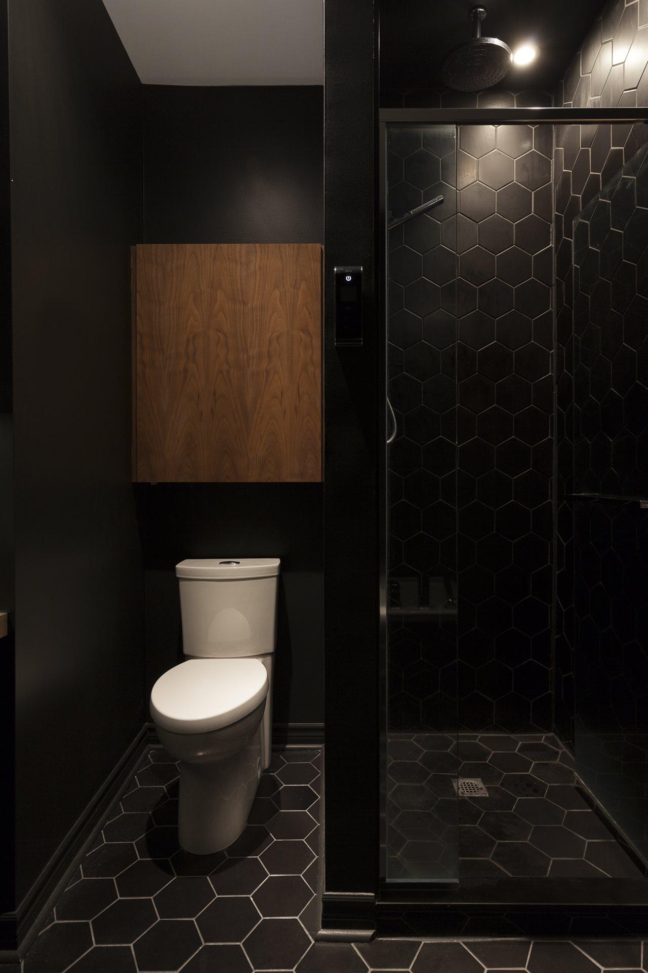 Oser le noir pour sa salle de bain